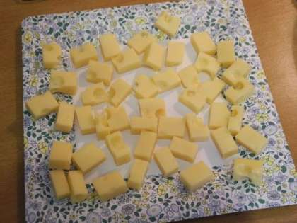 Нарезать сыр квадратиками