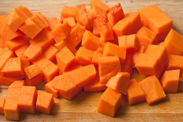 Поставьте воду для пасты, посолите и доведите до сильного кипения, затем забросьте туда пасту и варите на 1 минуту меньше, чем указано в инструкции.  Пока варится паста, приготовьте соус. Очистите тыкву от шкуры, семечек и волокон. Мякоть (300г) нарежьте кубиками.