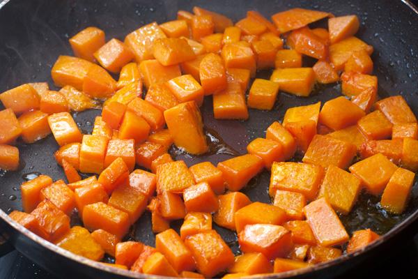 Обжарьте тыкву на ароматизированном масле 7-8 минут до относительной мягкости.