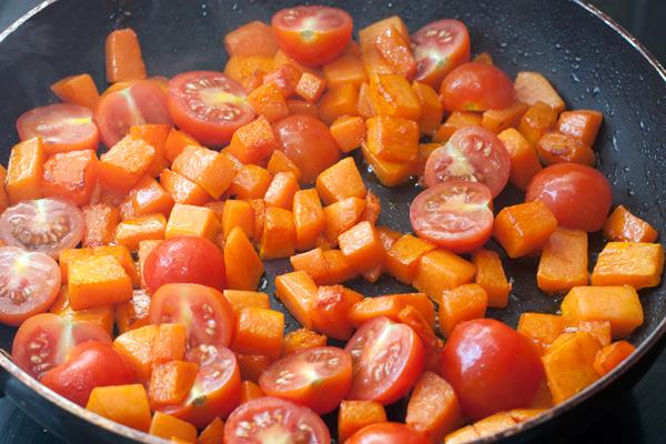 Добавьте половинки помидоров черри.