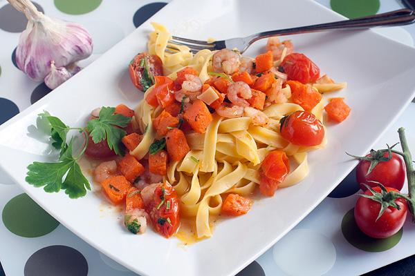 Когда паста сварится, разложите ее по тарелкам, сверху положите соус.  Подавайте немедленно!