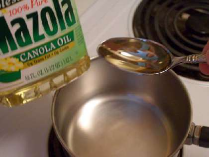В кастрюлю добавьте столовую ложку растительного масла.