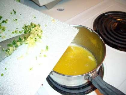 Добавить измельченный чеснок и варить 2 минуты.