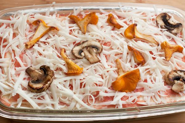 Верх лазаньи можно украсить разрезанными вдоль на 3-4 пластинки грибами.