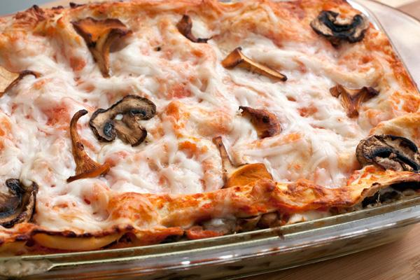 Запекайте в разогретой до 190 градусов духовке 35-40 минут. Если сыр начнет слишком румяниться, накройте форму с лазаньей фольгой.