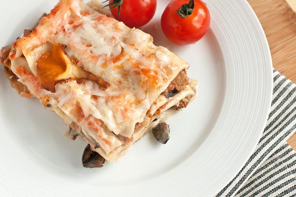 Дайте лазанье немного остыть, чтобы ее было легче резать, и подавайте. Блюдо самодостаточное, поэтому добавить можно только свежие овощи.