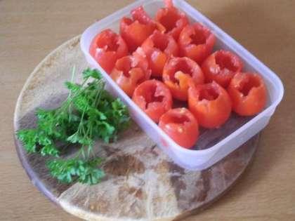 Вынуть из помидор мякоть, чтобы образовалась