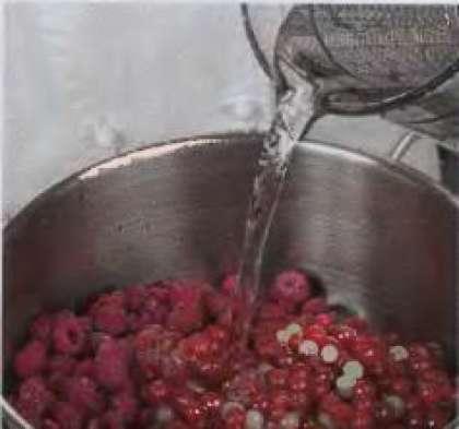 Малину и смородину перебрать, вымыть, уложить в кастрюлю и залить  водой так, чтобы она только скрыла  ягоды. Поместить на огонь и варить до  размягчения.