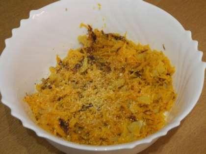 Сложить в салатницу обжаренные лук с морковью. Добавить чеснок