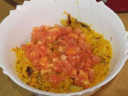 С помидор снять кожицу, мелко порезать и добавить в салатницу