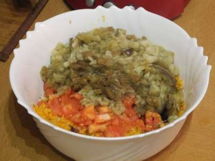 С баклажан снять кожицу, мелко порезать и добавить в салатницу