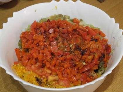 С баклажан снять кожицу, мелко порезать и добавить в салатницу.Добавить специи и соль, залить оливковым маслом и перемешать