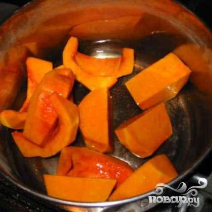 Отварите тыкву в овощном бульоне до смягчения.