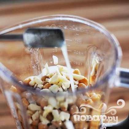 Покрошите 4 зубчика чеснока. Добавьте сок 1/2 лимона, 1/2 чайной ложки молотого тмина и залейте 5 столовых ложек воды.