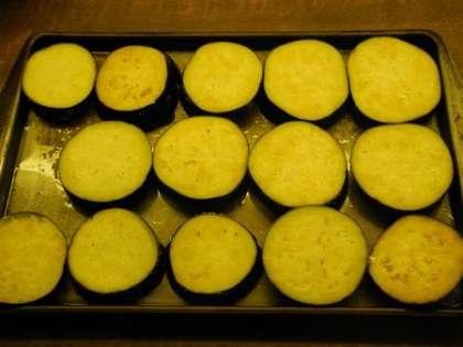 Порезать баклажаны кружочками, обмазать солью и выложить на противень, смазанный подсолнечным маслом