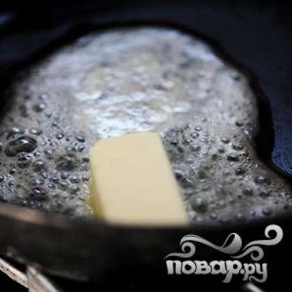 Нагреваем сковороду и топим кусочек сливочного масла.