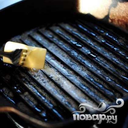Нагреваем гриль и смазываем поверхность кусочком сливочного масла.