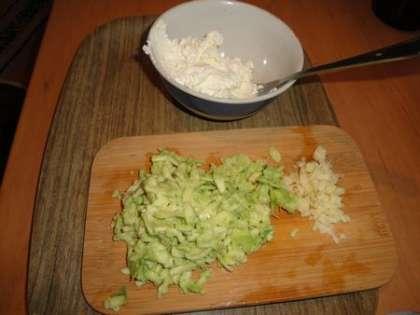 Авокадо мелко порезать