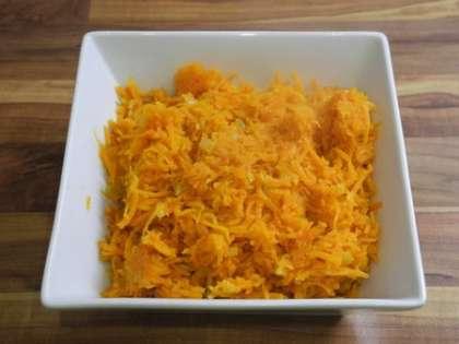 Обжаренную с луком и чесноком морковь выложить в салатницу