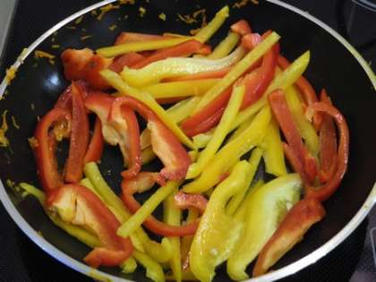 На той же сковороде слегка обжарить перцы, по желанию посыпать укропом