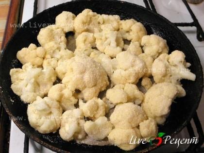 Обжариваем цветную капусту в разогретом масле до румяной корочки.
