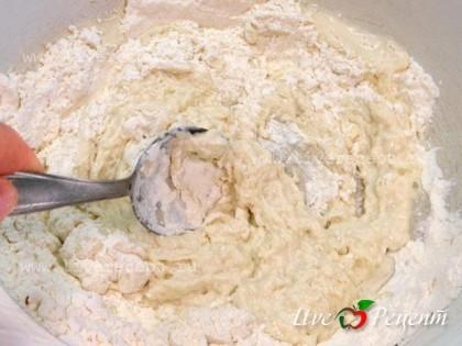 Рецепт приготовления блинов на воде очень простой. В миску просеиваем муку и смешиваем ее с разрыхлителем. Понемногу в муку добавляем половину воды и размешиваем.