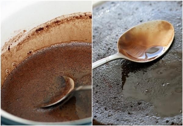 СИРОП-ПРОПИТКУ можно сделать перед тестом, а можно во время выпечки (я так и сделала).  Смешиваем Гиннесс, какао-порошок, коричневый сахар и ванильную эссенцию и доводим на среднем огне до гладкого состояния. Остужаем. Часто-часто протыкаем коржи деревянной шпажкой насквозь. Задача - изрешетить их в хлам.  Теперь пропитаем коржи сиропом. Надо использовать весь сироп, не бойтесь, что коржи будут слишком влажными - как раз в самый раз.