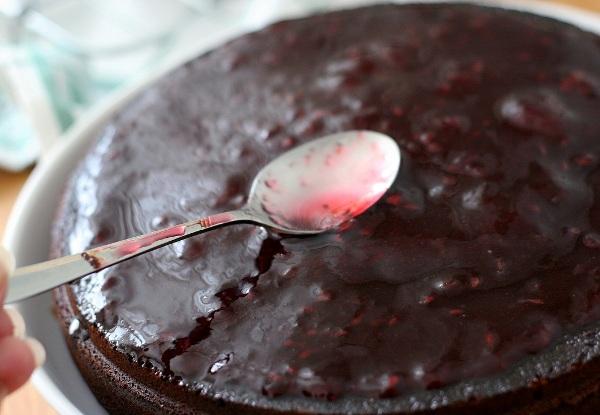 Берём желе из красной смородины и разогреваем на среднем огне до жидковатого состояния.  То же самое - настаиваю именно на красносмородиновом, очень вписывается в этот торт. Один из коржей кладём на сервировочное блюдо и смазываем верх подогретым желе. Ставим корж в холодильник на 30 минут.