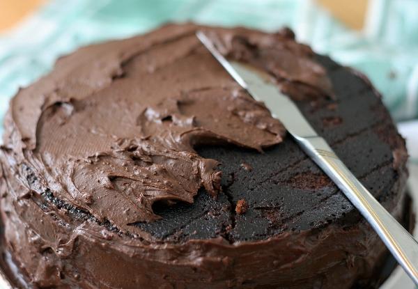 Собираем торт. На корж с желе намазываем примерно четверть объёма крема. Накрываем вторым коржом. Обмазываем оставшимся кремом верх и бока.