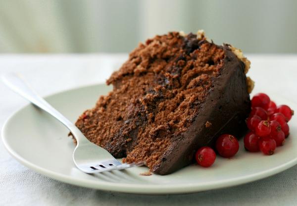 А можно украсить по своему вкусу, например, веточкой свежей красной смородины.  Дайте торту немного постоять, схватиться во единое, так сказать, где-то пару часов.  Приятного аппетита!