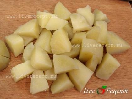 Когда картофель будет готов, остужаем его (до теплого), чистим и нарезаем крупными ломтиками.