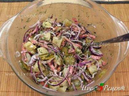 Складываем все подготовленные ингредиенты в удобную емкость, заправляем салат и перемешиваем.