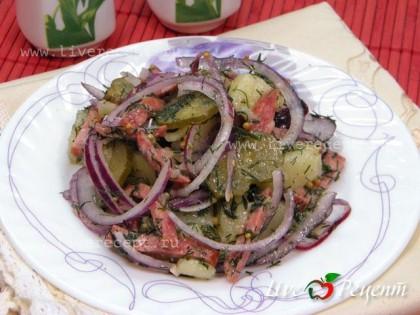 Немецкий картофельный салат готов, сразу подаем его на стол!