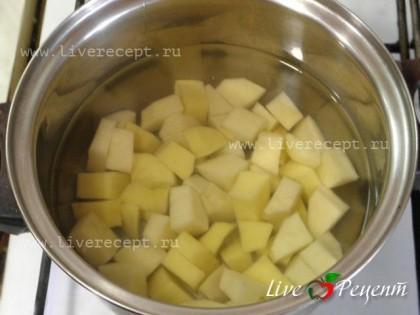 Для приготовления сырных булочек с картофелем, режем картофель кубиками и варим в подсоленной воде до готовности. Воду сливаем, толчем картофель и оставляем, чтобы он остыл.
