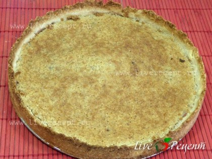 Готовый миндальный пирог отставляем, чтобы он слегка остыл.