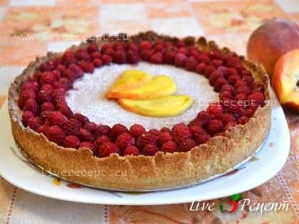 Затем присыпаем  пирог сахарной пудрой, украшаем ягодами малины и персиком. Миндальный пирог с малиной готов!Можно использовать только ягоды малины, покрыв ими всю поверхность пирога.