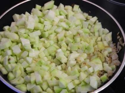 Обжарить лук, чеснок и цуккини на среднем огне