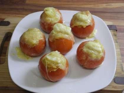 Поставить в духовку на 10 минут при температуре 200 градусов. Готовые помидоры выложить на тарелку