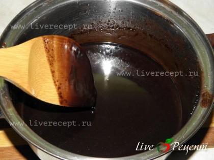 Приготовим шоколадную глазурь для торта «Захер». Она готовится быстро и просто. Сначала готовим сахарный сироп, когда он закипит, отставляем его и бросаем кусочки шоколада. Все перемешиваем, чтобы шоколад полностью растворился. Шоколадная глазурь должна остыть. Она станет немного гуще и только тогда, ею можно будет покрывать торт.