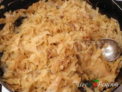Теперь приготовим начинку. Немного поджариваем мелко порезанный лук, затем добавляем нашинкованную капусту и тушим до готовности. В процессе добавляем соль и перец по вкусу.