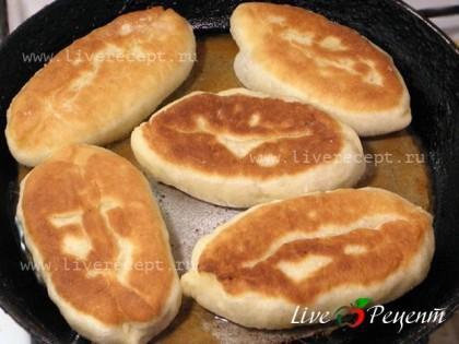 В сковороде хорошо разогреваем растительное масло и жарим пирожки с двух сторон до золотистой корочки.