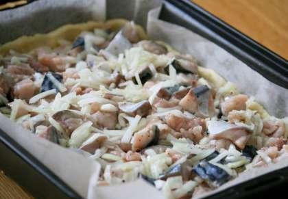 Соединяем лук и рыбу, посыпаем солью, сахаром и перцем, аккуратно перемешиваем и отставляем помариноваться минут на 15-20.