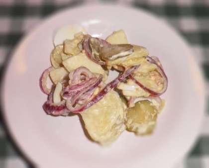 Готовый картофельный салат разложить по тарелкам