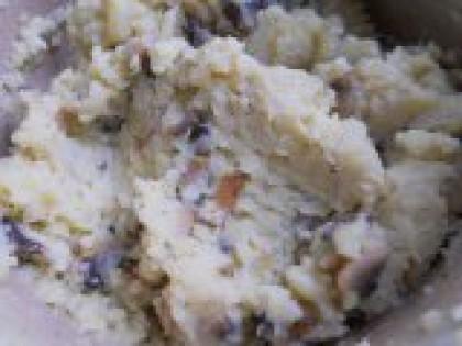 2 Перемешать картофель с грибами. Добавить  обжаренные грибы в картофельное пюре. Хорошо перемешать. Дать начинке остыть.