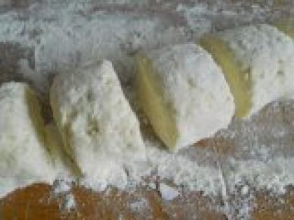 5 Порезать тесто на части. Тесто скатать в колбаску и порезать на небольшие части. Каждую часть раскатать немного скалкой, чтобы получилась лепешка (не слишком тонко).