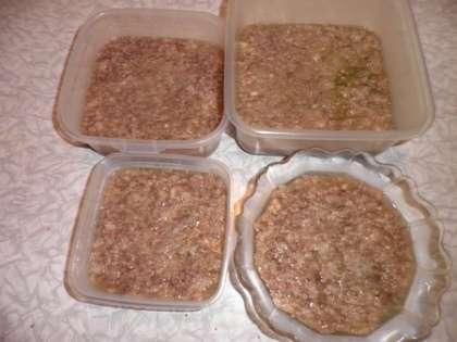 Разложить мясо по тарелкам и залить бульоном