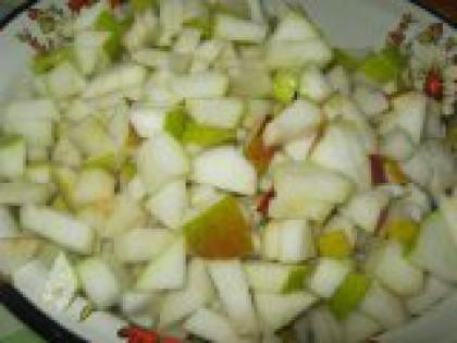 2 Грушу помыть, удалить сердцевину, порезать на некрупные кусочки Фрукты перебрать, помыть, удалить плодоножки и сердцевину (кожуру срезать не нужно), порезать на некрупные кусочки. В конечном итоге (в готовом виде) кусочки груш должны быть похожи по размеру и цвету на засахаренную лимонную цедру.