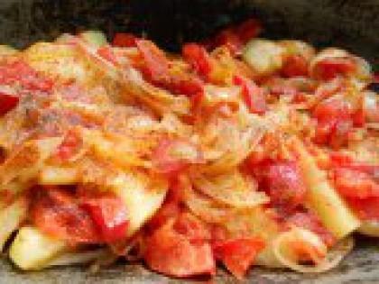 4 Хорошо поперчить. Сверху овощи посыпать хорошо красным молотым перцем.