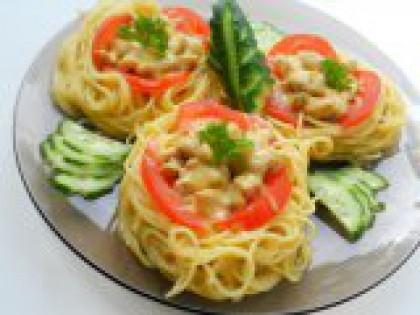 """7 Выложить """"гнезда"""" на тарелку. Выложить готовые макаронные"""