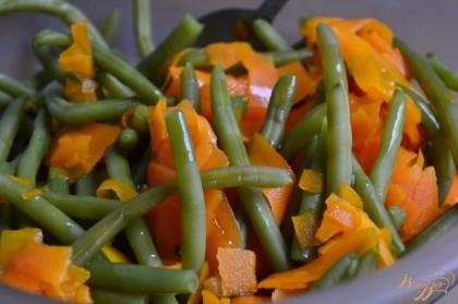Воду слить, полить оливковым маслом, посолить и добавить специи по вкусу.